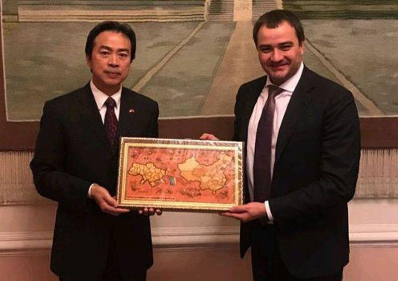 Посол КНР в Україні Ду Вей та президент Федерації футболу України Андрій Павелко