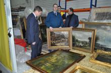 Митники припинили незаконне вивезення українкою картин до Китаю