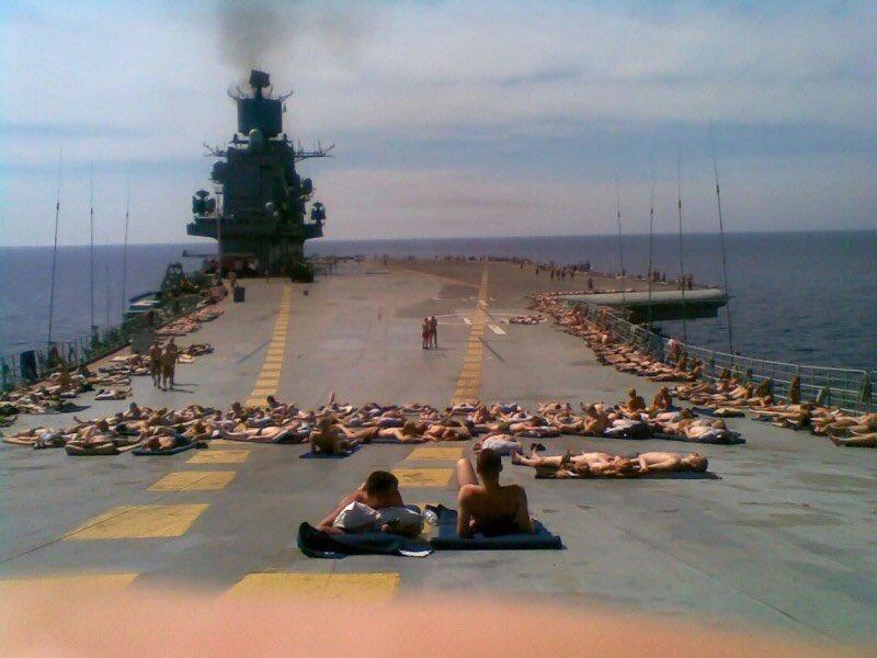 """Авіаносець-крейсер ВМФ РФ """"Адмірал Кузнецов"""" під час походу до Сирії."""