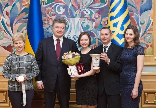 Сёстры Мария и Анна Музычук с родителями и Президентом Украины Порошенком