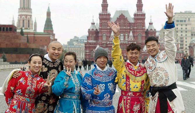 Китайские туристы на Красной площади в Москве