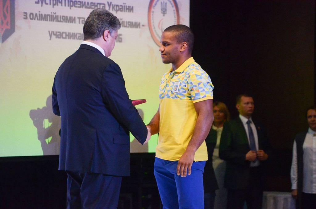 Президент Украины Пётр Порошенко награждает Жана Беленюка Орденом «За заслуги» III ст.