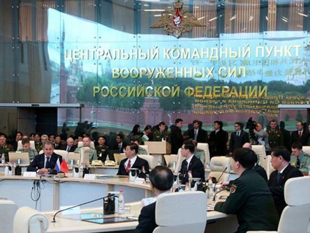 Министр обороны РФ Шойгу с Председателем КНР Си Цзиньпином на командном пункте ВС РФ в 2013 году