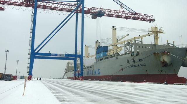 Китайський суховантаж з будівельним обладнанням для автодоріг у морському порту Одеси