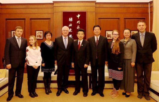 У Тяньцзінському університеті іноземних мов презентували китайське видання поезії Шевченка