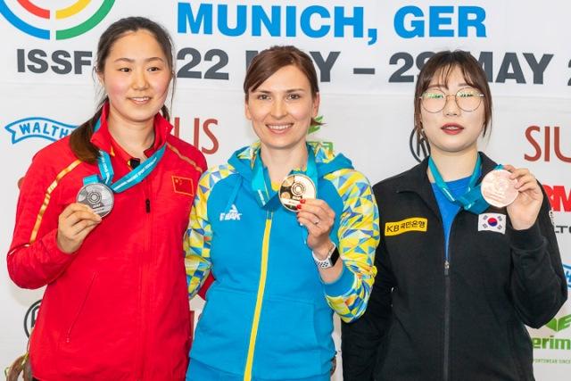 Українка Олена Костевич і китаянка Ванг Цянь перемогли у змаганнях по стрільбі