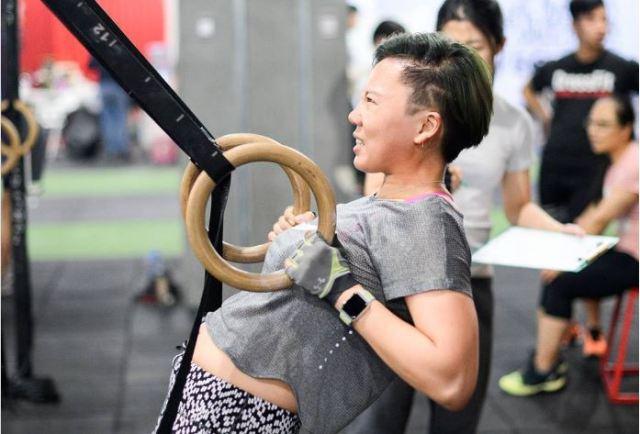 Бодіболдінг китайська жінка у тренажерному залі