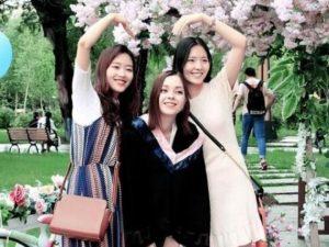 Китай і Україна Українка Ніна Лінь з подругами у КНР після закінчення університету