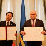 Посол КНР Ду Вей і Степан Кубів - перший віце-премєр України, міністр МЕРТ під час підписання Договора про техніко-економічну допомогу