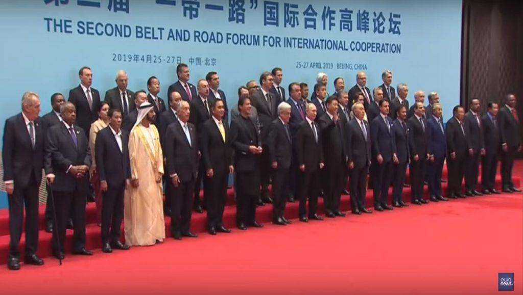 "Фото представителей стран на 2-м форуме Belt and Road ""Пояс и путь"" в Пекине. Фото Синьхуа"