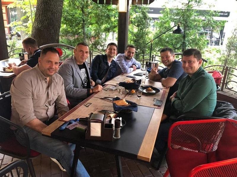 Фото newsmir.info у кафе: Президент України Зеленський, Богдан, Ермак и компания в кафе