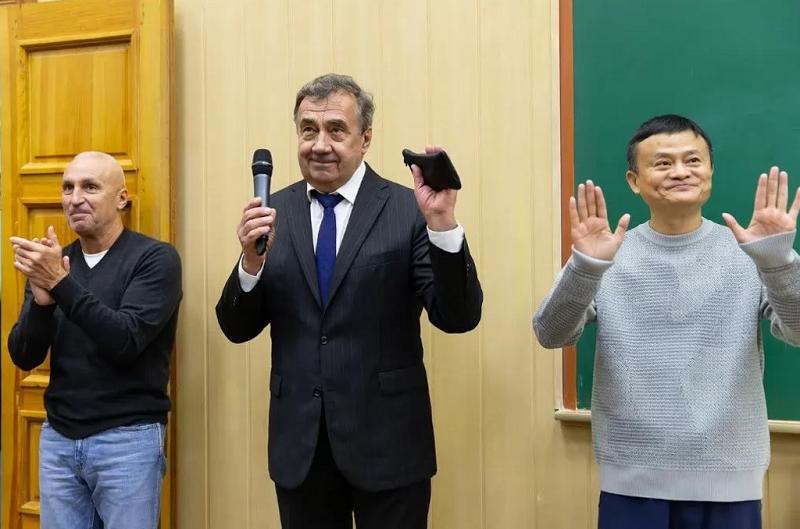 засновник компанії Alibaba Джек Ма, засновник компанії DCH Олександр Ярославський, ректор ХНУ Віль Бакіров, - у лекцій аудиторії Харківського національного університету імені Каразіна