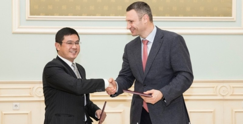 Мер Киева Виталий Кличко и вице-президент китайской CRBC Ду Фей