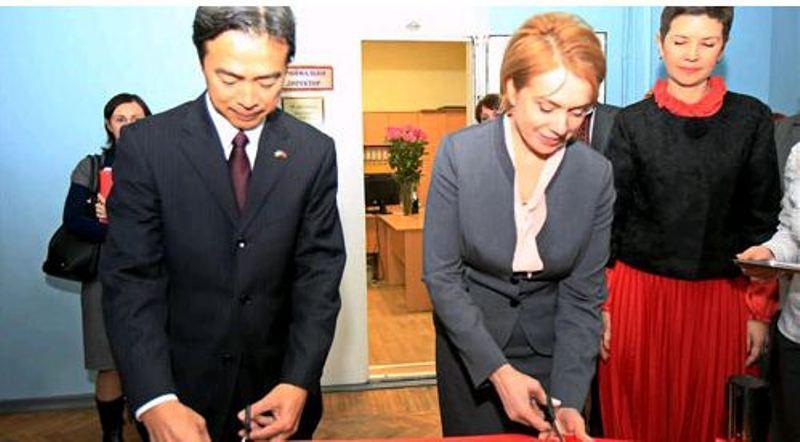 Министр МОНУ Лилия Гриневич и Посол Китая в Украине Ду Вэй во время передачи лингафонного класса киевской гимназии восточных языков