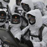 Солдаты девушки НОАК- учения в снегу с компьютером
