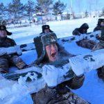 китайские солдаты на занятиях в снегу