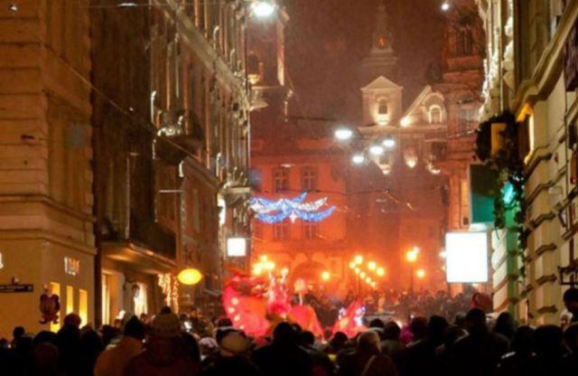 Китайські та українські туристи підбадьорюють весняний фестиваль у стародавньому місті України