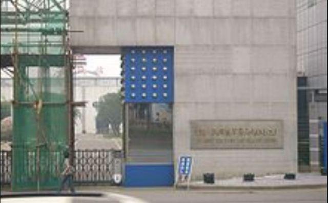 Вхід на фабрику в КНР, яка відноситься до таємної сфери згідно напису на табличці (фото з Вікіпедії про PLA)
