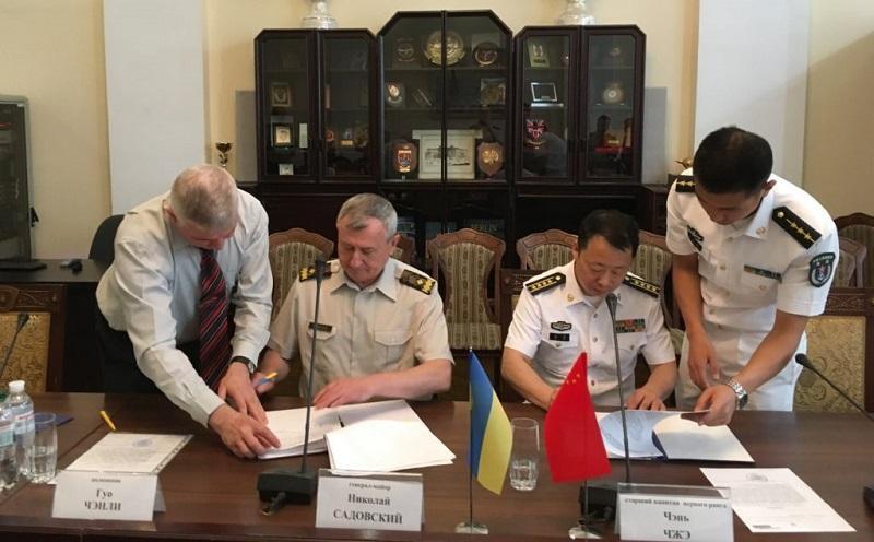 Генерал Микола Садовський підрисує угоду про навчання китайських офіцерів в Україні