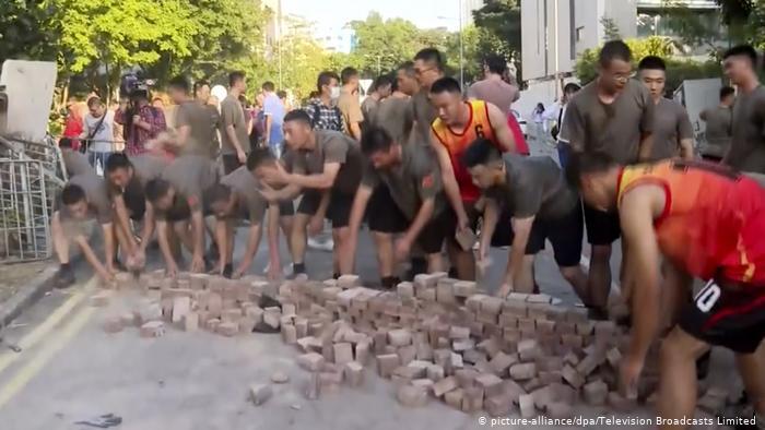 Солдати НВАК без запрошення прибирали вулиці у Гонконгу після масових акцій протесту